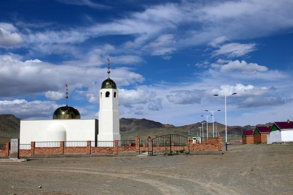 바얀올기에는 이슬람교를 믿는 카자크인들이 많이 산다. 세계최대의 제국을 세운 칭기스칸은 정복한 국가의 모든 종교에 대해 관용정책을 폈었다.