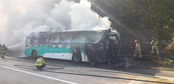 경부고속도로 부산 방향의 양산휴게소 인근에서 고속버스 화재 발생.
