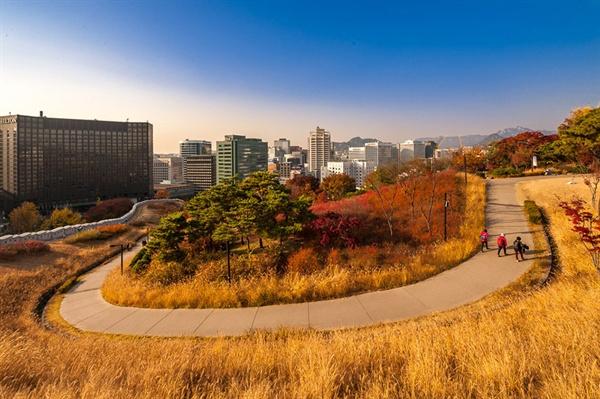 가을날의 남산공원 백범광장 회현역에서 나와 남산공원 초입의 백범광장 회돌이길