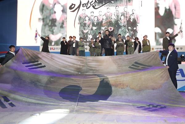 10일 오후 서울광장에서 의열단 100주년 기념식 공연이 열리고 있다.