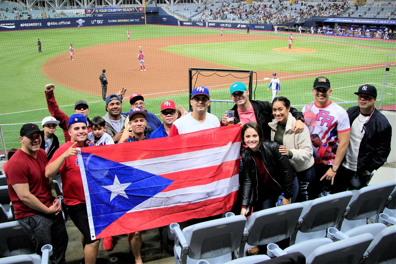 푸에르토리코에서 온 응원단이 국기를 들고 포즈를 취하고 있다.