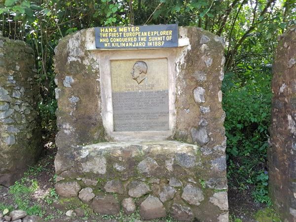 한스 메이어의 공적을 기념하기 위해 세운 기념비 한스 메이어(Hans Meyer)는 1889년에  유럽 최초로 킬리만자로산을 등반한 산악인이다.
