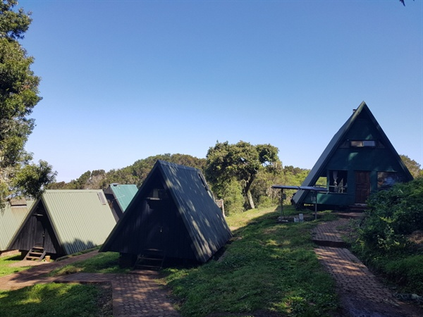 만다라 산장(Mandara Hut)의 모습 말랑구 게이트에서 약 8km 떨어져 있으며 3시간 정도 등산을 해야 도달할 수 있다. 대다수 사람들이 길게 휴식하는 곳이며, 키보 정상까지 가는 관광객들은 이곳부터 세 차례 더 산장에서 숙박을 하게 된다. 산장사이의 거리는 약 8~10시간 걸린다.