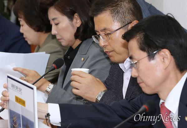 자유한국당 황교안 대표가 11일 오전 국회에서 열린 최고위원회의에서 목을 축이고 있다.