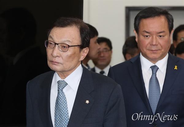 더불어민주당 이해찬 대표가 11일 오전 국회에서 열린 최고위원회의에 입장하고 있다.