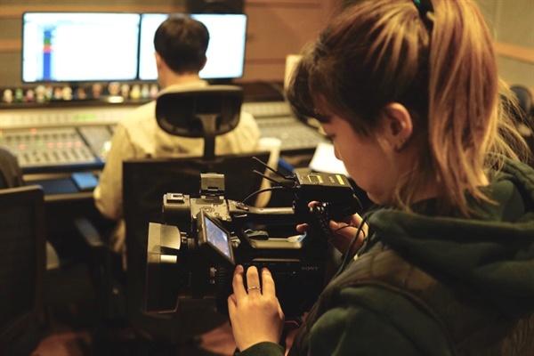 영화 <삽질> 내레이션 현장을 촬영 중인 김혜주 기자