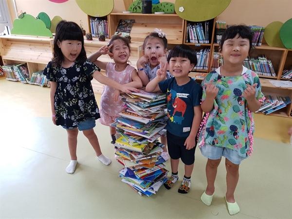 아산 월랑초병설유치원  '책 놀이 축제'의 프로그램은 다양하다. 유아들이 책을 내 키만큼 쌓는 '책 탑 놀이'를 하며 즐거워 하고 있다.