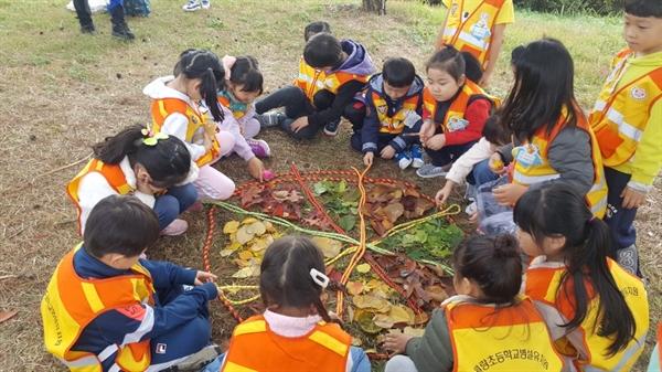 아산 월랑초병설유치원 유아들이 인근 신정호 주변 숲에서 숲 체험 놀이를 하고 있다.