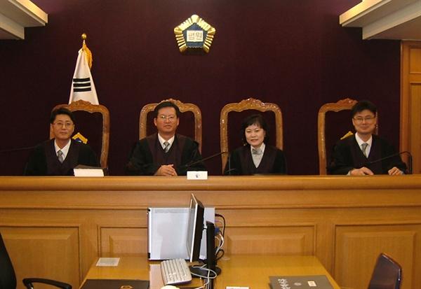 박주영 판사는 1996년 사법 시험에 합격한 후 7년 간 변호사 생활을 하다가 2005년 최초로 공개 모집된 경력 법관 제도로 판사가 됐다. 사진은 2006년 부산지방법원 초임 판사 시절 모습.