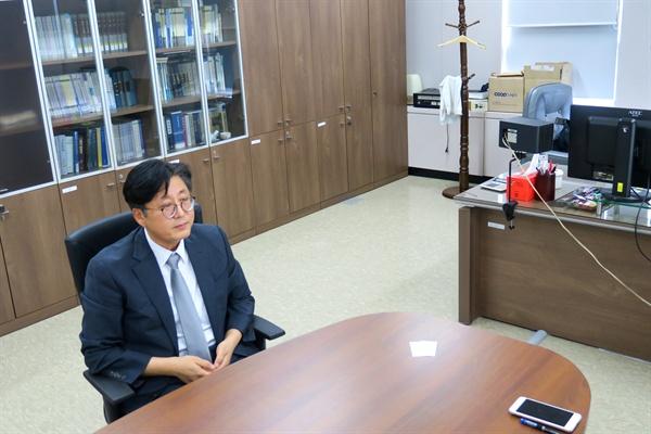 """박주영 판사의 사무실 모습. 옷걸이에 '대충' 걸려 있는 수건이 인상적이었다. 그는 책을 통해 """"격무를 하소연하는 게 아니다, 재판의 부실화에 대해 말하려는 것""""이라며 판사의 노동 여건에 대해서도 전한 바 있다."""