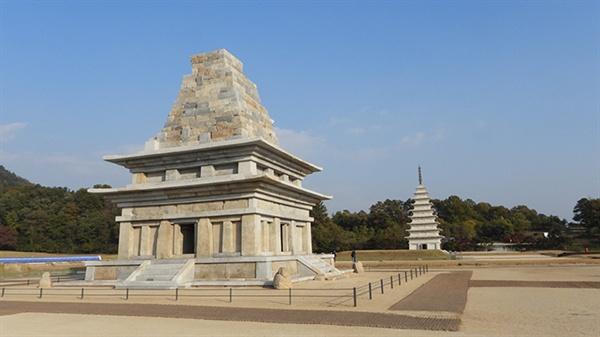 미륵사지 서탑과 동탑도 부여 관북리 유적과 함께 유네스코 세계유산에 등재되어 있습니다.