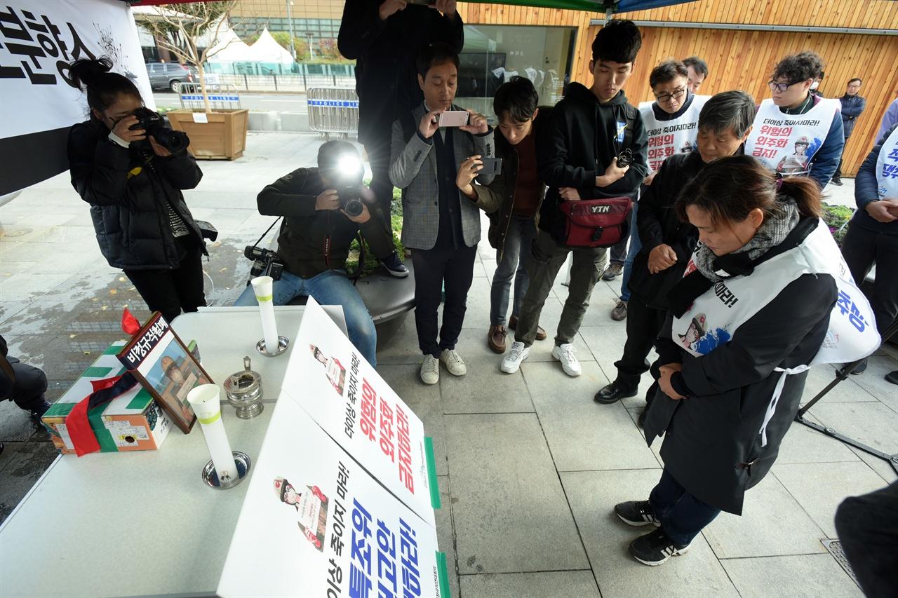고 김용균 노동자의 어머니 김미숙씨가 11일 오전 서울 광화문 광장에서 설치된 추모 분향소에서 아들의 사진을 바라보며 고개를 떨구고 있다.