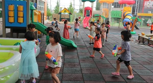 배방유치원은 '사계절 놀이주간'을 운영 중이다. 유아들이 여름 놀이 주간을 즐기고 있다.