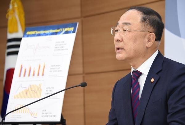 홍남기 부총리 겸 기획재정부 장관이 11일 정부세종청사에서 열린 출입기자간담회에서 모두발언을 하고 있다.