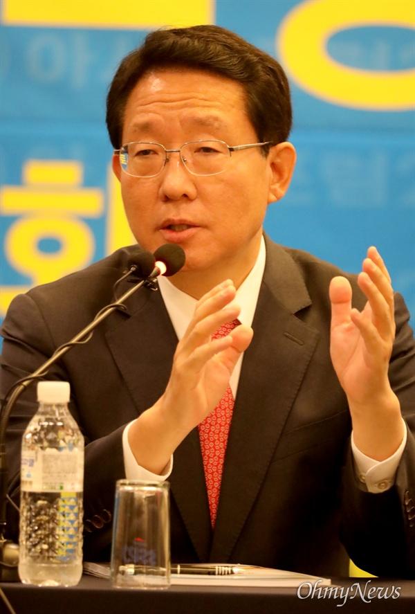 김상훈 자유한국당 국회의원이 11일 오전 대구 수성호텔에서 열린 아시아포럼21 초청 토론회에서 박근혜 전 대통령의 탄핵은 자업자득이라고 말했다.