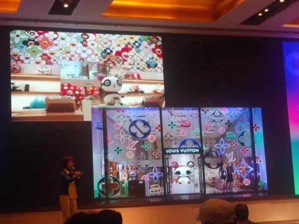 무라카미 디카시 무라카미 디카시의 작품이 루이비통 매장에 들어가 예술공간으로 새로운 가치를 만든다.