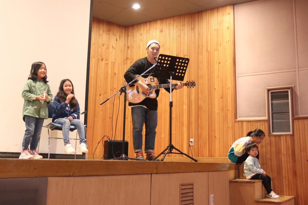 행사에 음악이 빠지면 심심하다. 이날 대회에서 표가 집계되는 동안, 임도훈 씨 가족이 막간 공연을 펼쳤다. 노래 제목은 '북극곰아'.