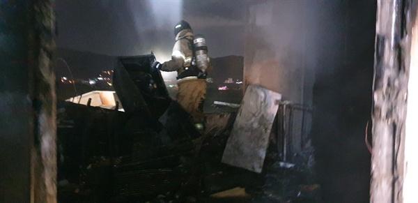 김해시 진례면 담안리 소재 한 식당 건물에서 화재가 발생했다.
