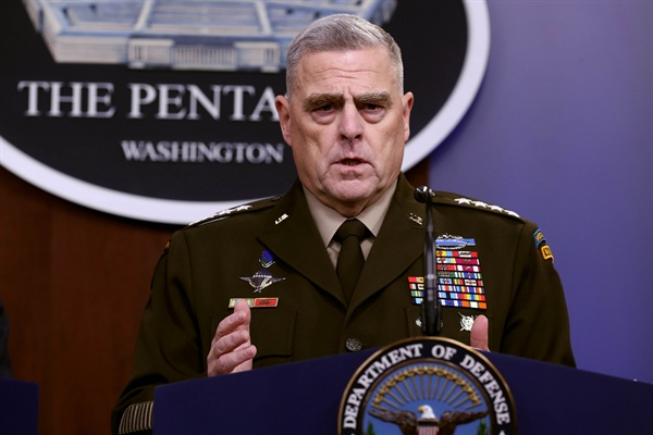 마크 밀리 미 합참의장 ARLINGTON, VIRGINIA - OCTOBER 28: U.S. Chairman of the Joint Chiefs of Staff Gen. Mark Milley answers reporters' questions during a news conference at the Pentagon the day after it was announced that Abu Bakr al-Baghdadi was killed in a U.S. raid in Syria October 28, 2019 in Arlington, Virginia. The leader and self-proclaimed caliph of the Islamic State, al-Baghdadi reportedly blew himself up with explosives when cornered by a U.S. Special Operations team at his compound in Syria. Chip Somodevilla/Getty Images/AFP