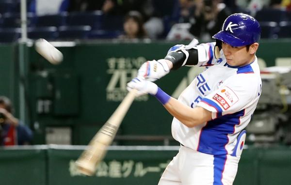 11일 일본 도쿄돔에서 열린 2019 세계야구소프트볼연맹(WBSC) 프리미어12 슈퍼라운드 1차전 미국과 한국의 경기에서 7회 말 투아웃 주자 2루 상황 이정후가 타점을 올리는 적시타를 날리고 있다.