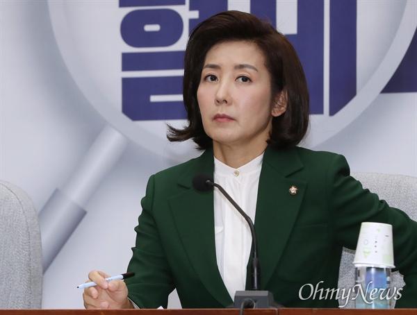 자유한국당 나경원 원내대표가 12일 오전 국회에서 열린 원내대책회의에서 생각에 잠겨 있다.