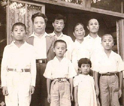 영랑이 사망하기 1년 전인 1949년 여름 신당동 자택에서 찍은 마지막 가족사진.