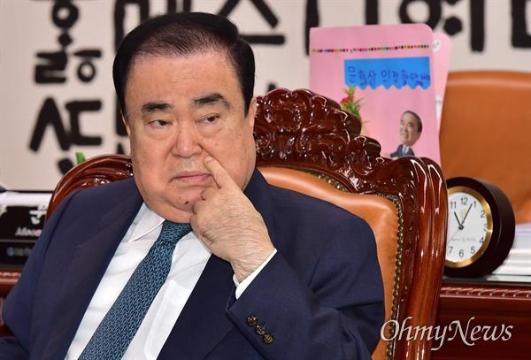 문희상 국회의장이 12일 오전 국회에서 교섭단체 원내대표들과 회동하고 있다.