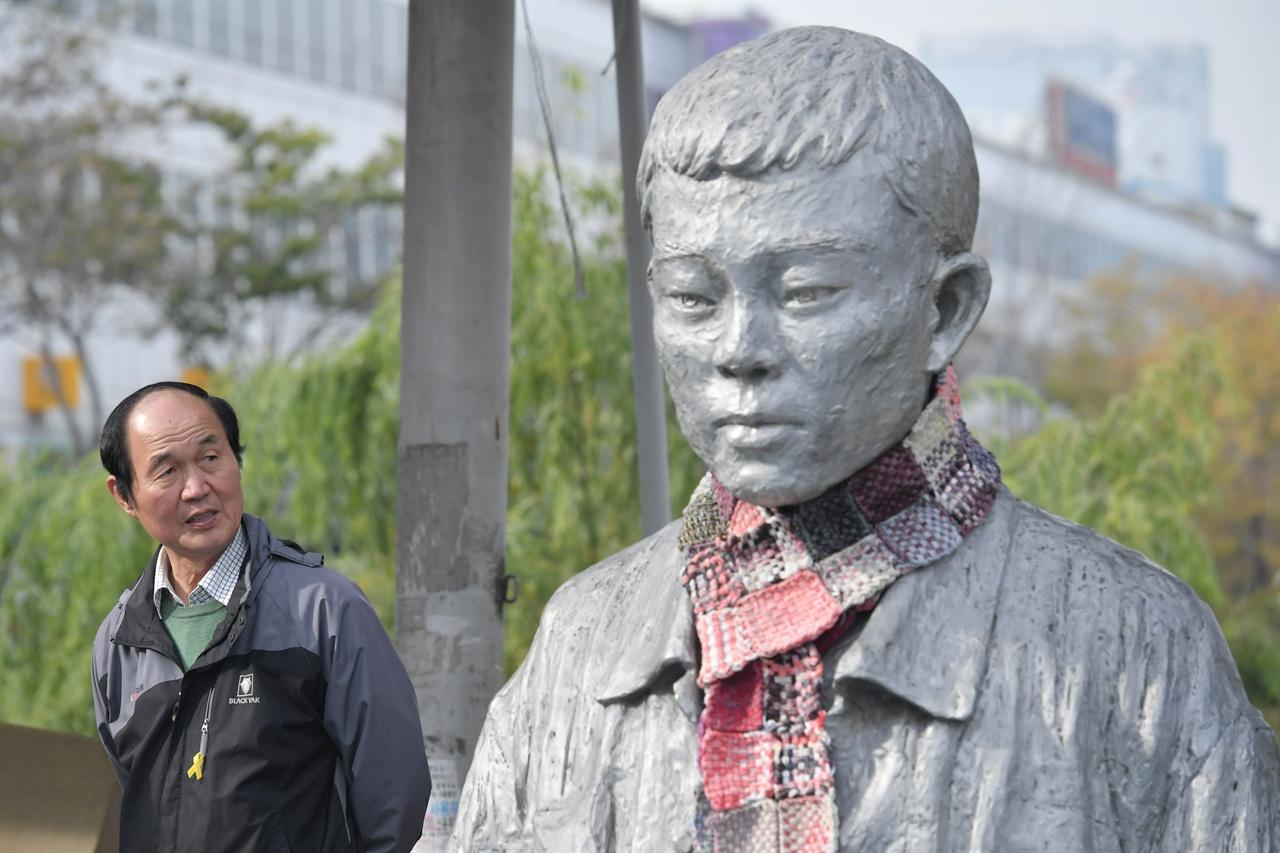 전태일재단 이수호 이사장이 12일 오전 서울 종로구 청계천 전태일 다리에 세워진 전태일 동상을 바라보고 있다.