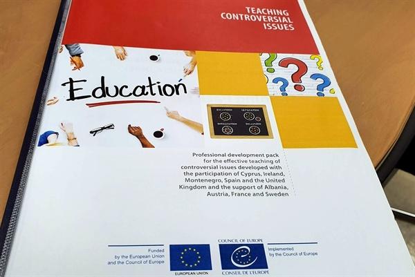 유럽연합과 유럽평의회가 펴낸 '논쟁과 더불어 살아가기(Living with Controversy)' 교사 연수책자.