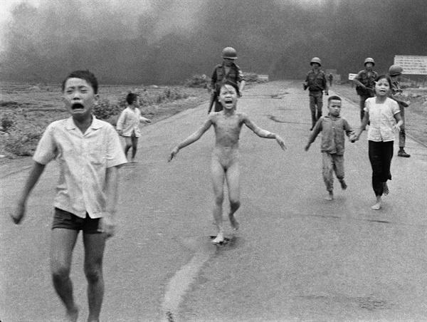 베트남전의 '네이팜 소녀' 베트남 전쟁의 참상과 비극을 가장 생생하게 묘사한 것으로 평가되는 '네이팜 소녀'의 사진