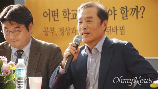 김병준 자유한국당 전 비상대책위원장이 12일 오후 대구시 중구 김광석 다시그리기 길 야외콘서트홀에서 열린 북콘서트에 참석해 발언을 하고 있다.