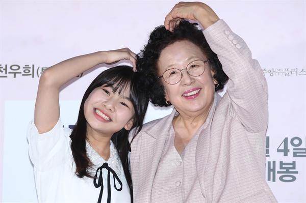 배우 나문희(오른쪽)와 김수안이 12일 오후 서울 중구 메가박스 동대문점에서 열린 영화 '감쪽같은 그녀' 언론 시사회에서 포즈를 취하고 있다.