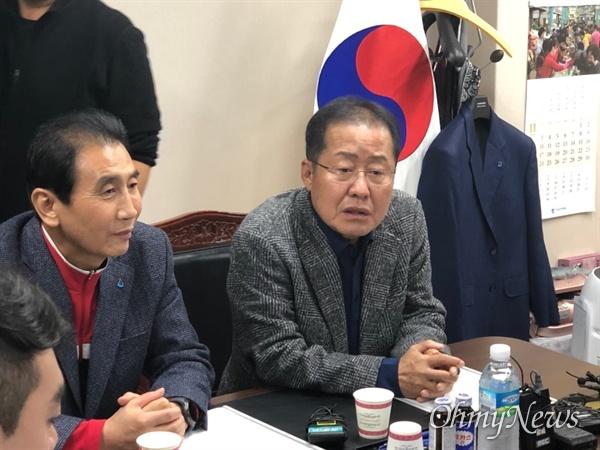 홍준표 자유한국당 전 대표가 12일 오후 대구 서문시장을 방문해 김영오 상인연합회장과 함께 앉아 대화를 나누고 있다.