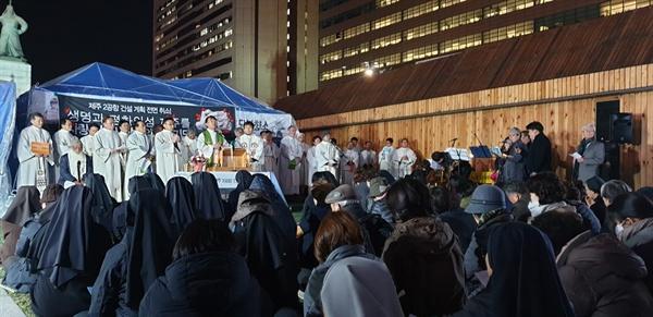 전국에서 모인 사제들 청와대 앞 '제주 제2공항 계획 전면 취소' 9일째 미사에는 전국 여러 지역 성당에서 20여 명의 사제들이 참석하여 미사를 집전했다.