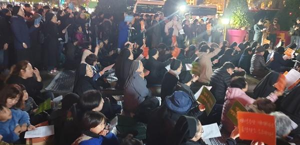 광화문 미사 에 참석한 많은 수녀들과 신도, 시민들