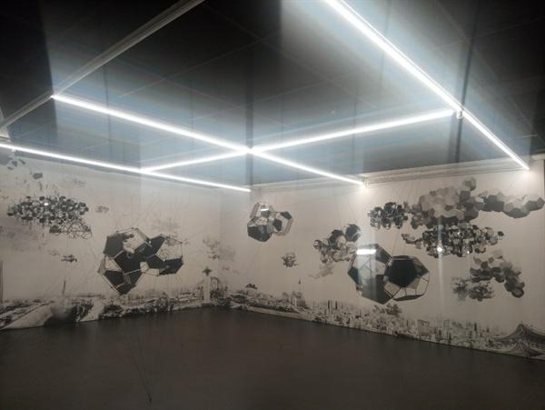 """지하1층에 설치된 'CLOUD CITIES'. """"이는 새롭고 대안적인 형태의 도시성과 부유하는 거주 형태에 도전하는 작가의 오랜 예술적 탐구를 시각화한 작품이다.""""-갤러리현대"""