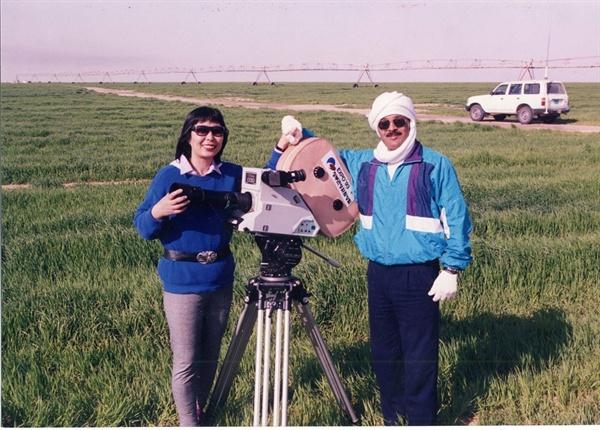 해외에서 영화를 촬영하고 있는 한옥희(왼쪽)