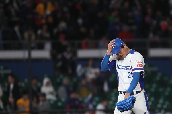 12일 일본 지바 조조 마린스타디움에서 열린 2019 세계야구소프트볼연맹(WBSC) 프리미어12 슈퍼라운드 2차전 대만과 한국의 경기. 4회초 추가 실점한 김광현이 교체돼 마운드에서 내려오고 있다.