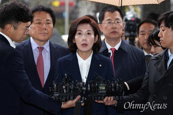 검찰 출석한 나경원 자유한국당 나경원 원내대표가 패스트트랙 충돌 사건 관련 조사를 받기 위해 13일 오후 서울 양천구 남부지검에 출석하고 있다.