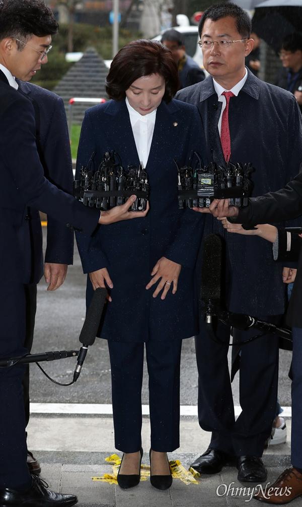 포토라인에 선 나경원 자유한국당 나경원 원내대표가 패스트트랙 충돌 사건 관련 조사를 받기 위해 13일 오후 서울 양천구 남부지검에 출석하고 있다.