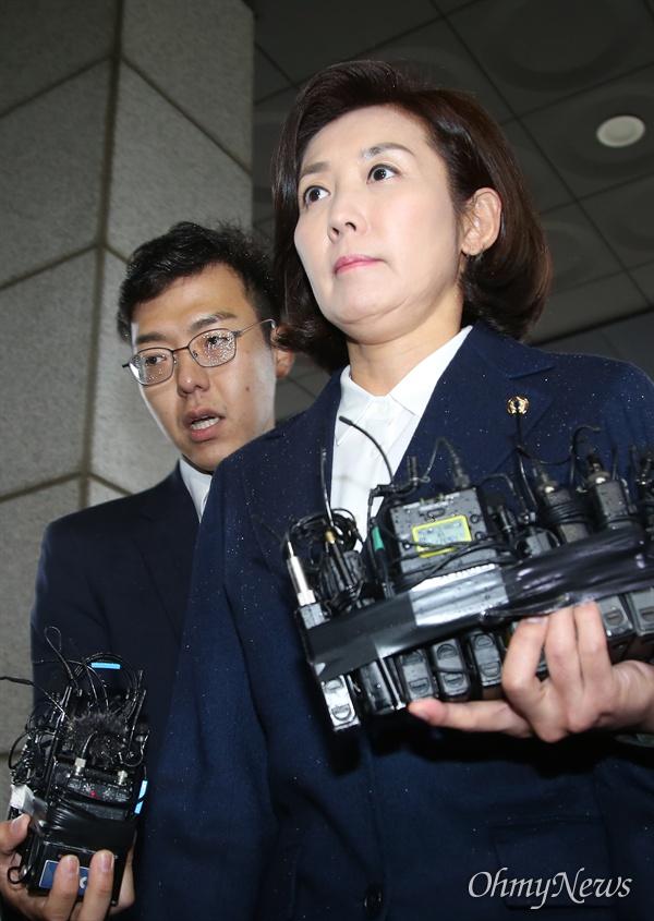 자유한국당 나경원 원내대표가 패스트트랙 충돌 사건 관련 조사를 받기 위해 13일 오후 서울 양천구 남부지검에 출석하고 있다.