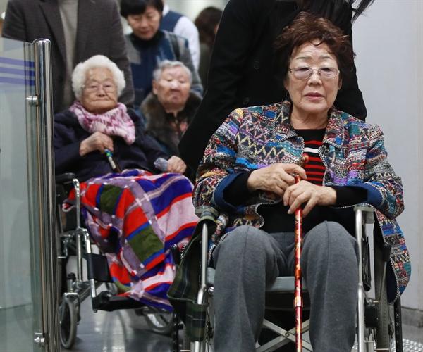 일본군 위안부 피해자 이용수 (오른쪽부터), 길원옥, 이옥선 할머니가 13일 오후 서울 서초동 중앙지법에서 열린 일본 정부 대상 손해배상 청구 소송의 첫 재판을 마친 뒤 법정을 나서고 있다. 일본군 '위안부' 피해자들이 일본 정부를 상대로 낸 손해배상 청구 소송은 2016년 12월에 제기됐으나 그동안 한 차례도 재판이 열리지 못했다. 법원행정처가 소송 당사자인 일본 정부에 소장을 송달했지만, 일본 정부가 헤이그협약을 근거로 여러 차례 이를 반송했기 때문이다. 2019.11.13
