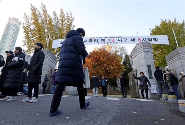 2020학년도 대학수학능력시험일인 14일 오전 서울 강남구 경기고등학교에서 한 수험생이 고사장으로 향하고 있다.