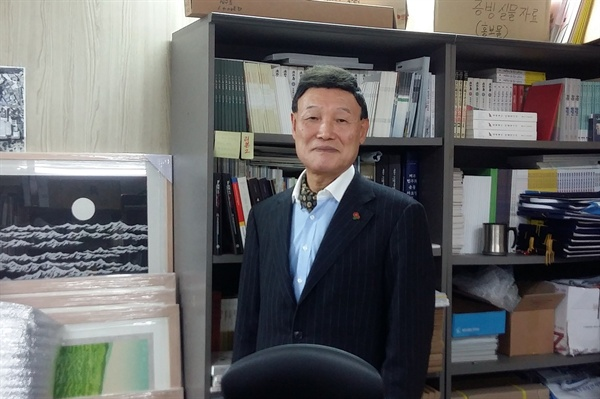 지난 12일 서울 종로에 위치한 여순항쟁서울유족회 사무실에서 이자훈 회장이 인터뷰를 마친 뒤 포즈를 취하고 있다.