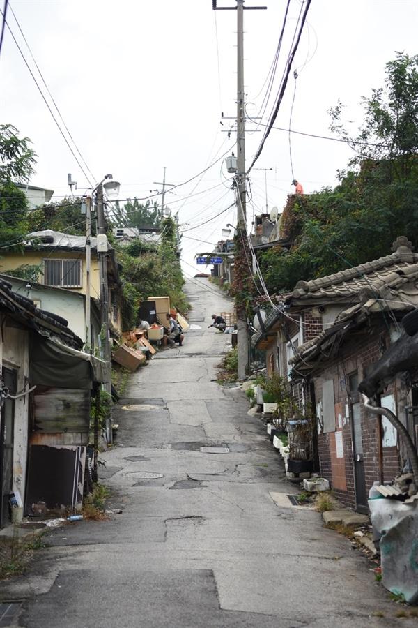 마을 입구에서 이사 준비가 한창이다.