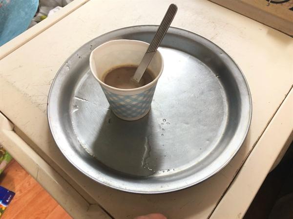 김옥분(80세) 할머니가 타 준 커피. 맛있었다.