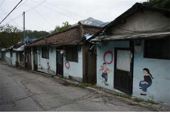 집마다 동그라미가 표시돼 있다. 이주가 끝난 집이라는 뜻이다. 대부분 집에 동그라미가 그려있다.