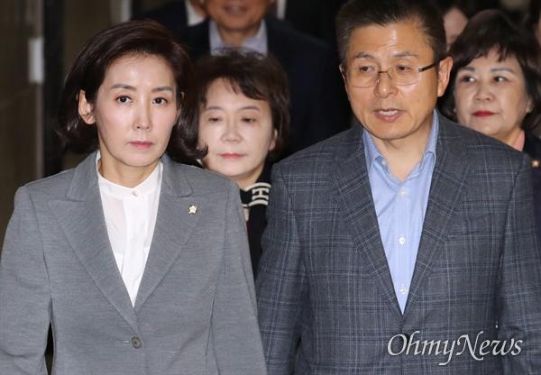 자유한국당 황교안 대표와 나경원 원내대표가 14일 오전 국회에서 열린 최고위원회의에 입장하고 있다.