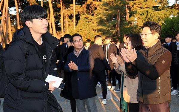 2020년 대입수학능력시험장에 나와 수험생을 격려하는 김한근 강릉시장
