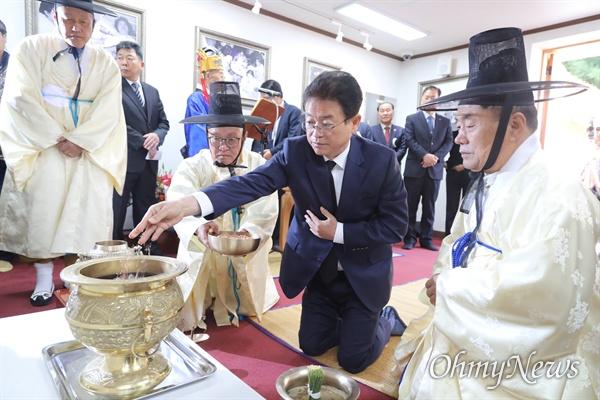 이철우 경북도지사가 14일 오전 경북 구미시 박정희 전 대통령 생가에서 열린 탄생 102돌 숭모제에 참석해 제를 올리고 있다.